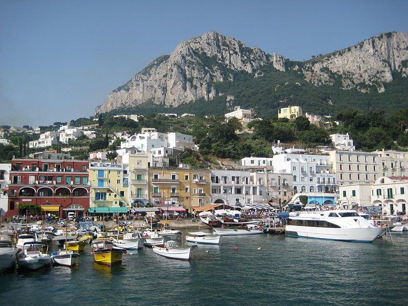 Maina Piccola, Capri