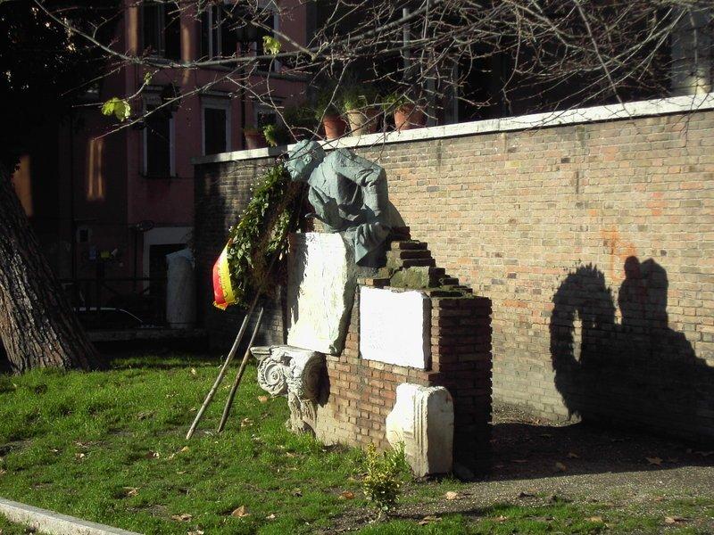 Piazza Trilussa, Monumeto a Salustri
